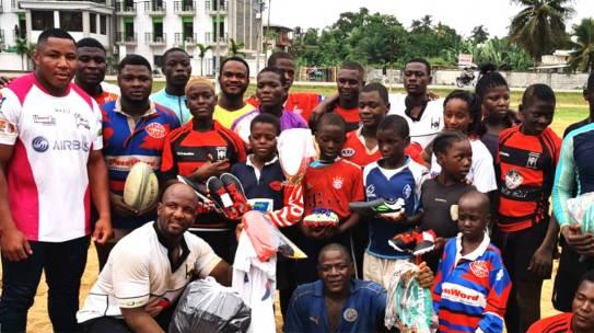 Thierry Futeu, un auténtico quijote entregando material deportivo en Camerún